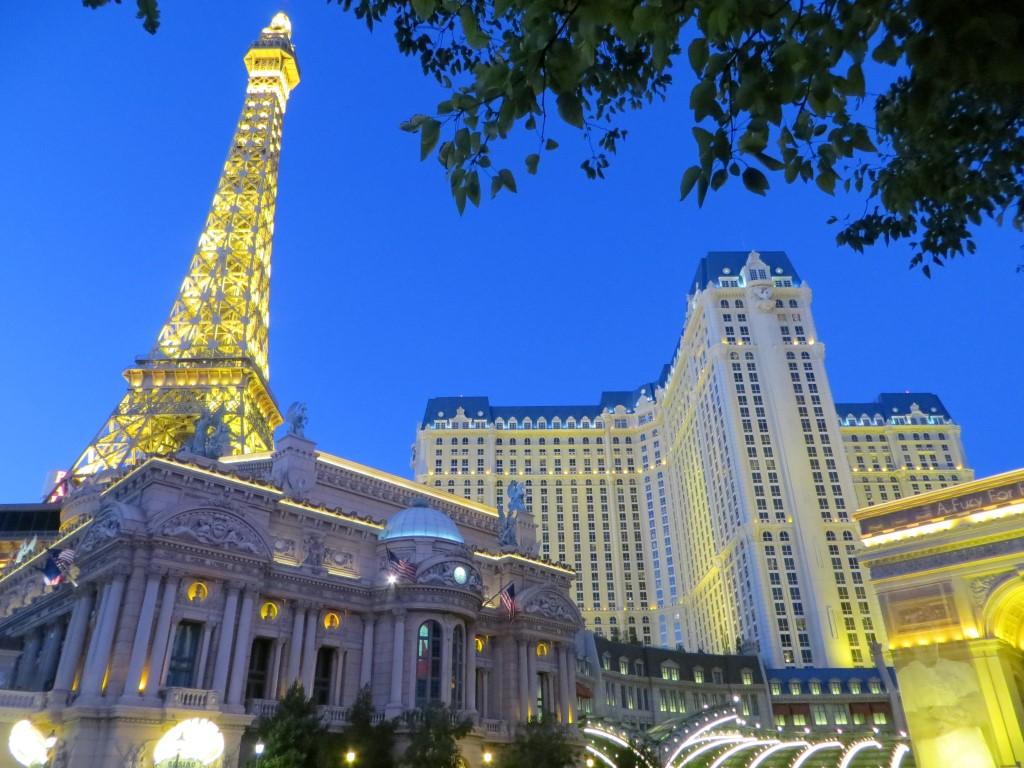 """Das """"Paris Las Vegas"""" mit einer 165 Meter hohen Eiffelturm-Kopie"""