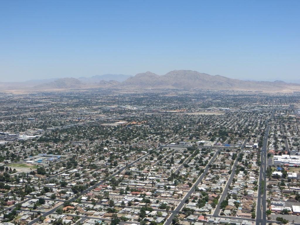 Downtown Las Vegas mit dem Red Rock Canyon im Hintergrund