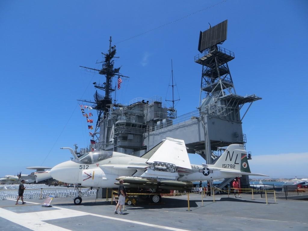 Die Brücke der USS Midway mit einem der zahlreichen ausgestellten Kampfflugzeuge