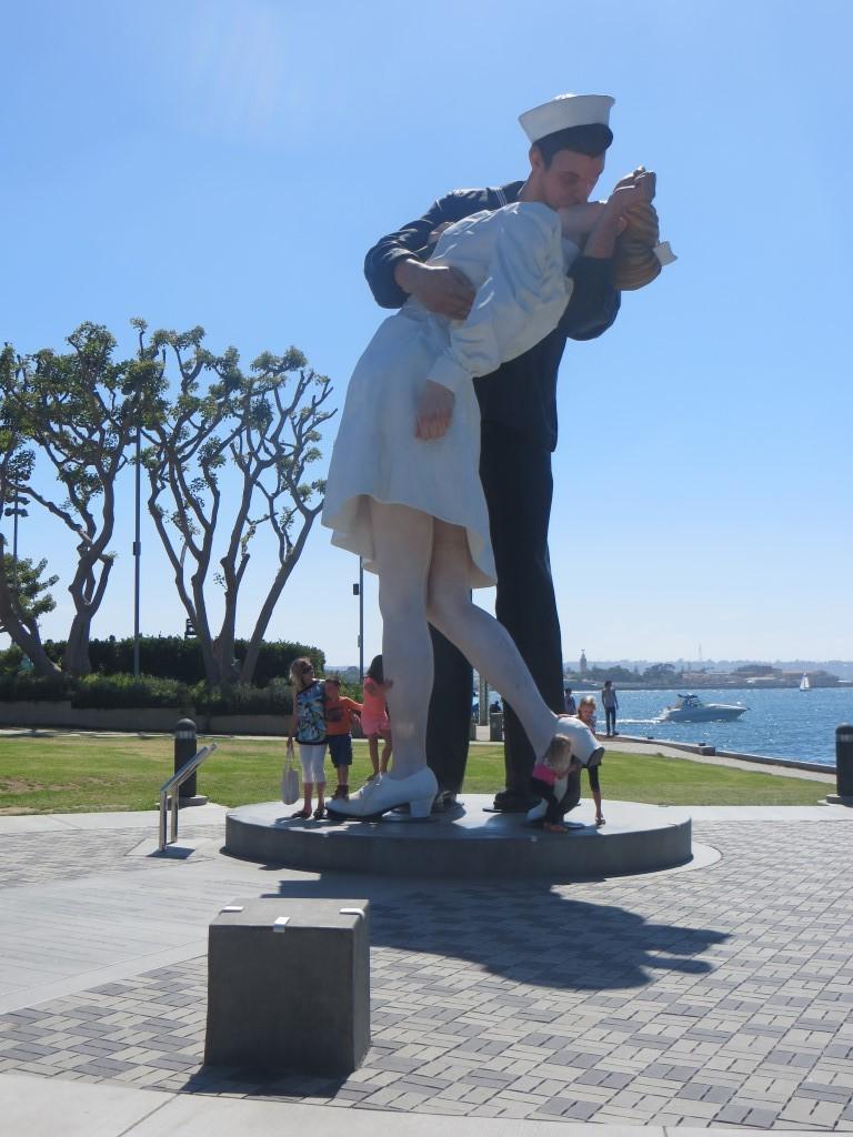 """Die knapp acht Meter hohe Statue """"Unconditional Surrender"""" (dt.: bedingungslose Kapitulation) im Hafen von San Diego"""