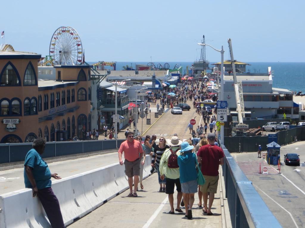 Die Santa Monica Pier ist eine Mischung aus Vergnügungspark und Restaurantmeile am Meer...