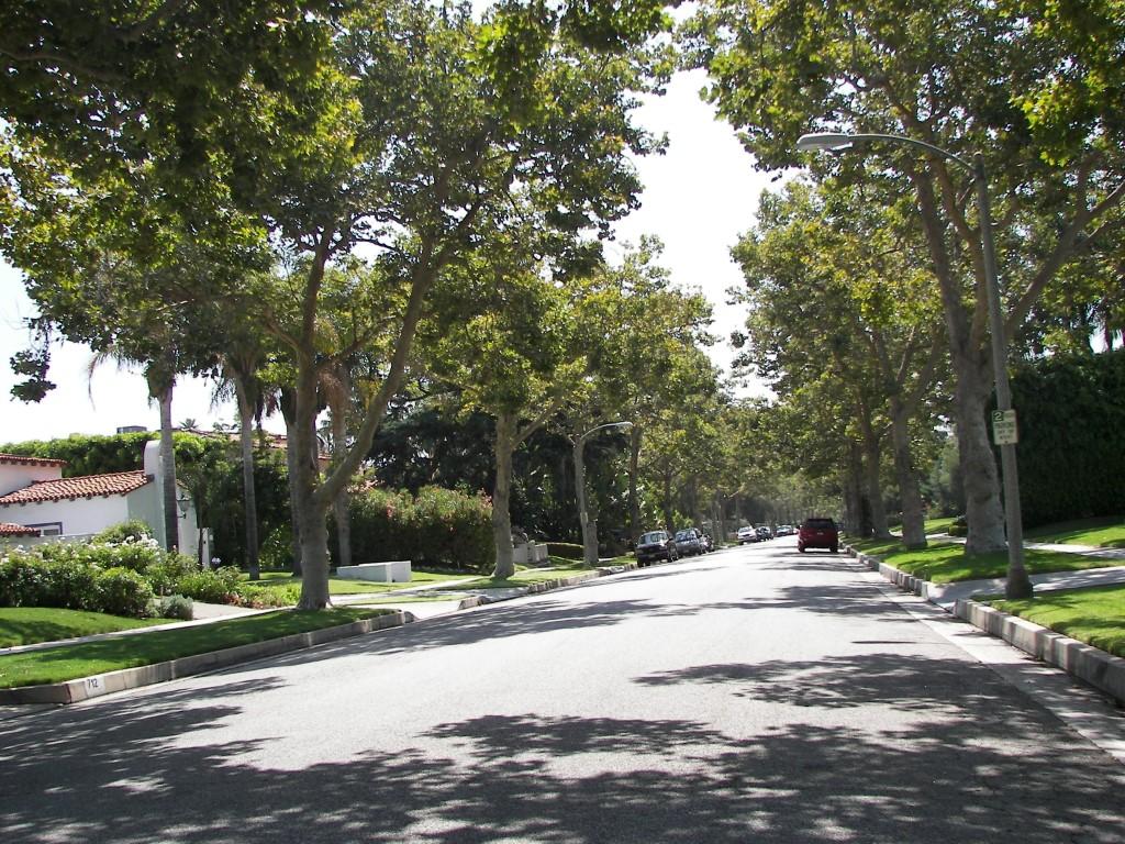 Typische Straße in einer der luxuriösen Wohngegenden von Beverly Hills