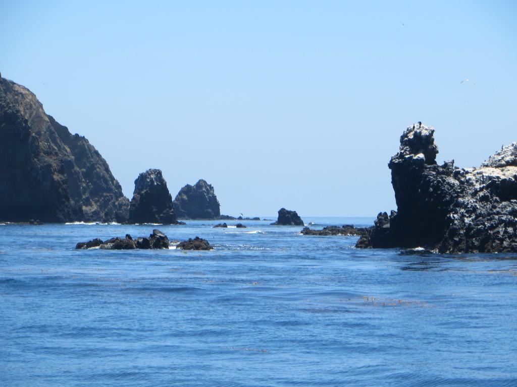 Die Insel ist vulkanischen Ursprungs und von kleinen und großen Felsen umgeben